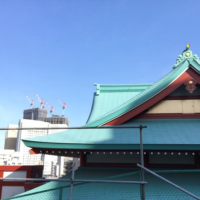 成田山横浜別院と高層ビル